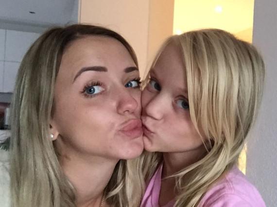Cathy Lugner freut sich, ihre Tochter Leonie wieder zu sehen