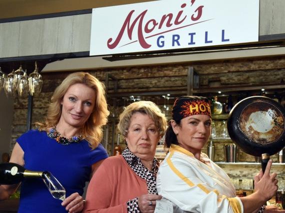 Die Schwestern Moni (Monika Gruber, l.) und Toni (Christine Neubauer, r.) gemeinsam mit ihrer Mutter Christa (Sarah Camp)