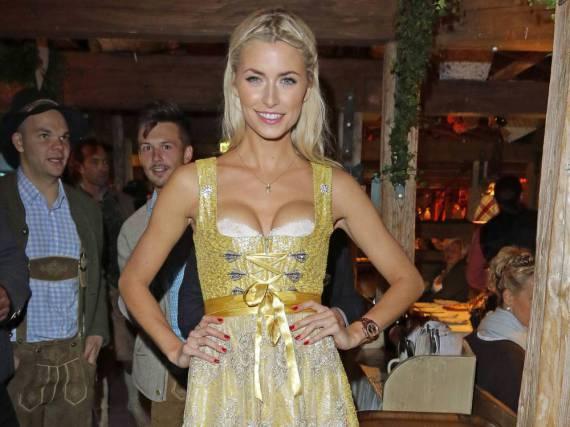Lena Gercke trug ihre Schleife 2015 in der Mitte. Ob sich das Model da mal nicht vertan hat?