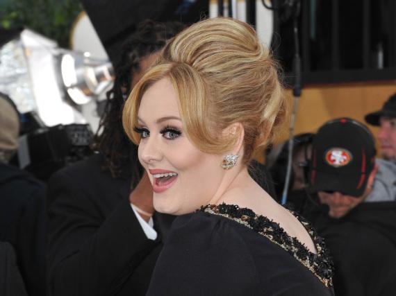 Adele fühlt sich nicht nur auf dem roten Teppich wohl, sondern auch auf Universitätsfluren