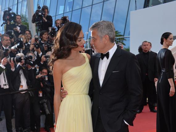 Nicht nur auf dem roten Teppich im Gespräch: Amal und George Clooney