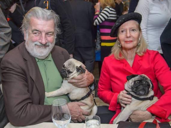 Christiane Hörbiger und Gerhard Tötschinger mit ihren Möpsen Vicco und Loriot - das Foto entstand am 9. Februar in Wien