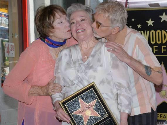 Kathy Bates (Mitte) wird von Shirley MacLaine und Billy Bob Thornton gebusselt