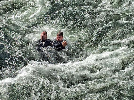 Jan Josef Liefers (l.) und Justus von Dohnányi kämpfen gegen die Fluten