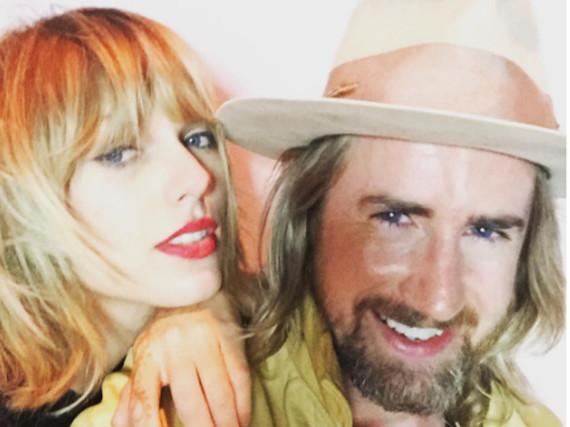 Taylor Swift posiert mit Stylist Gareth Brommel
