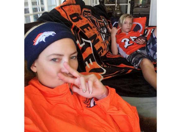 Kate Hudson und ihr Sohn Ryder schauen gemeinsam Football