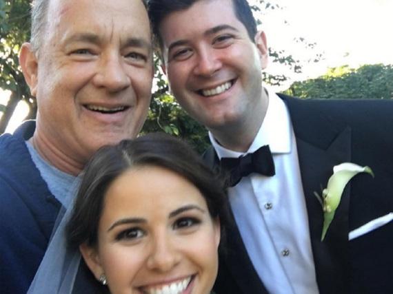 Selfie mit neuen Freunden: Tom Hanks hat seine Morgenrunde im Central Park genutzt, um ein Brautpaar zu überraschen