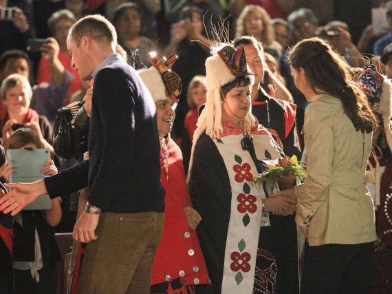 Stewart Phillip blieb der Veranstaltung fern, viele andere Vertreter der indigenen Bevölkerung Kanadas nutzten dagegen die Chance, um Herzogin Kate (r.) und Prinz William (l.) persönlich zu treffen