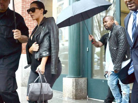 Auch Promis wie Kim Kardashian und Kayne West werden mal nass - ob Tasche und Jacken den Regen überlebt haben, ist nicht überliefert