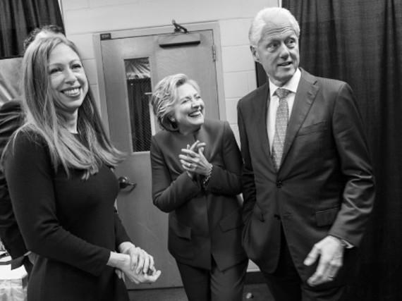 Hillary Clinton (Mitte) feiert nach dem TV-Duell mit Tochter Chelsea und Ehemann Bill