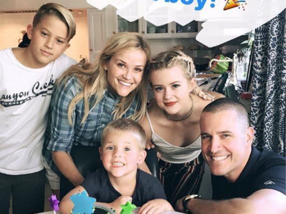Reese Witherspoon (2.v.l.) mit ihrem zweiten Ehemann Jim Toth (r.) und dem gemeinsamen Geburtstagskind Tennessee James Toth (Mitte) - sowie ihren beiden Kindern aus erster Ehe, Ava und Deacon Phillippe