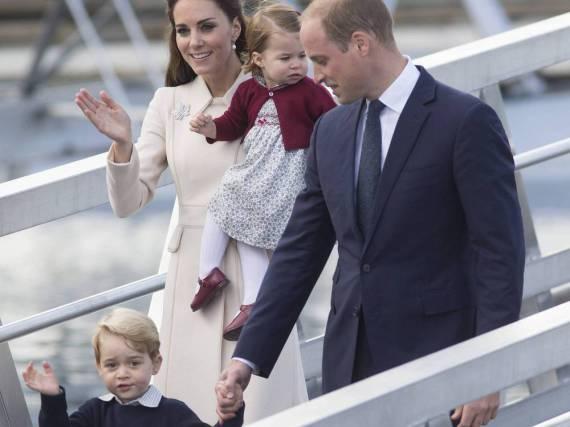 Winkt schon geübt wie ein ganz Großer: Prinz George