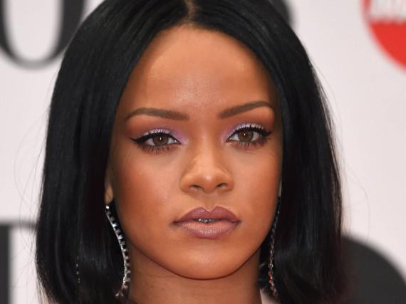 Statt kurz und glatt trägt Rihanna ihre Haare jetzt lang und verfilzt