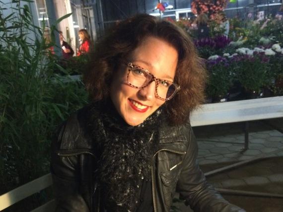 Autorin Eva Bader präsentierte in der Gärtnerei Dischinger in Germering ihren neuen Krimi