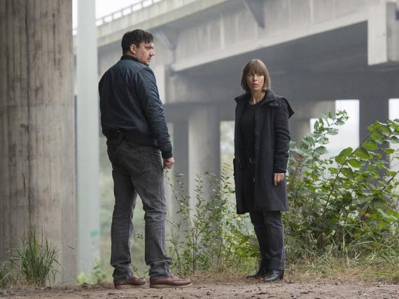 Bukow (Charly Hübner) und König (Anneke Kim Sarnau) am Tatort