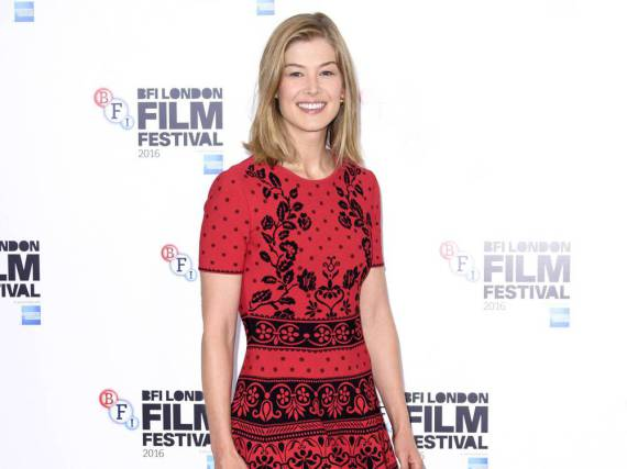 Rosamund Pike in Rot-Schwarz beim London Film Festival