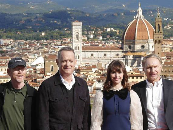 Tom Hanks (l.) , Ron Howard, Felicity Jones und Dan Brown in Florenz