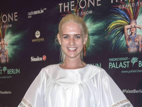 Sarah Knappik strahlt in die Kamera - auch ohne Make-up