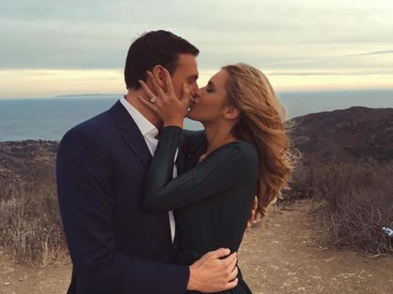 Ryan Lochte hielt - stilecht im dunkelblauen Anzug - um die Hand seiner Model-Freundin an
