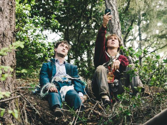 Hank (Paul Dano, r.) und sein ungewöhnlicher Freund, die Leiche Manny (Daniel Radcliffe)