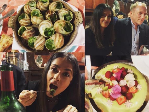 Die Schauspielerin Salma Hayek lässt es sich in einem  Restaurant in Paris gutgehen