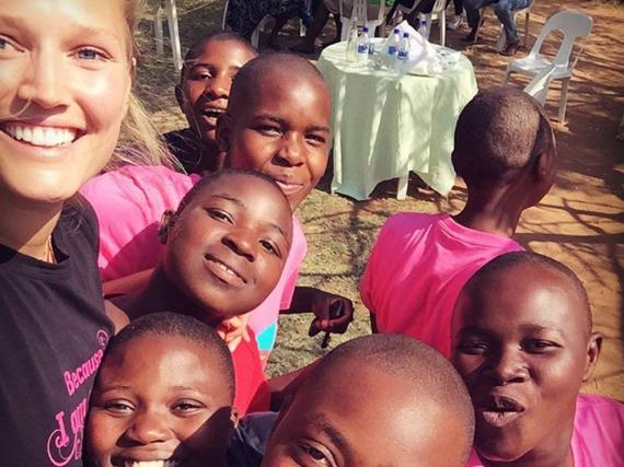 Strahlen um die Wette: Topmodel Toni Garrn besuchte Mädchen in Afrika und schenkte ihnen pinke T-Shirts