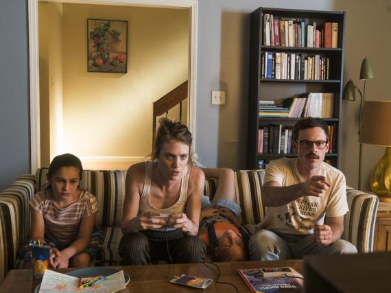 Cameron Howe (Mackenzie Davis) und Gordon Clark (Scoot McNairy) entdecken die Spielekonsole NES für sich