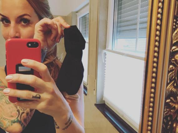 Charlotte Würdig zeigt ihrer Community den zum Putzlappen umfunktionierten Socken