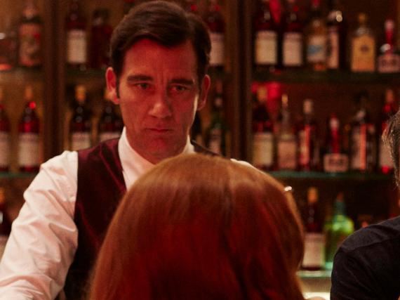 Clive Owen probiert sich für Campari als Barkeeper