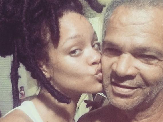 Familienbande: Rihanna gibt ihrem Papa ein Küsschen auf die Wange