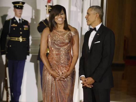 Mit diesem Versace-Kleid in Roségold begeisterte Michelle Obama nicht nur ihren Mann Barack Obama
