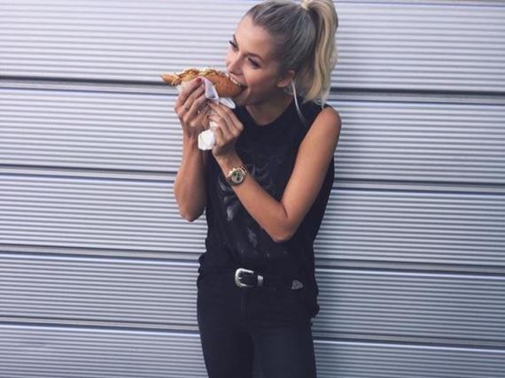 Sündigen erlaubt: Lena Gercke gönnt sich einen Hotdog