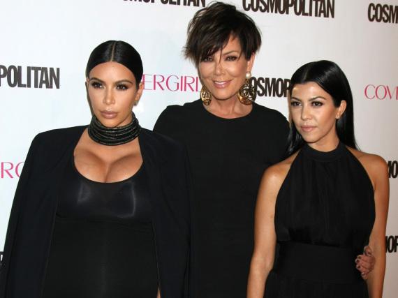 Kim Kardashian, Mama Kris Jenner und Schwester Kourtney (v.l.n.r.) bei einem Event im Jahr 2015