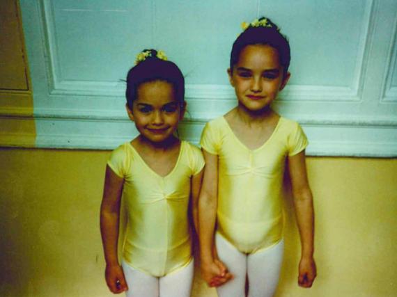 Kaum wiederzuerkennen als Ballerinas: Sängerin Rita Ora (l.) mit ihrer großen Schwester Elena