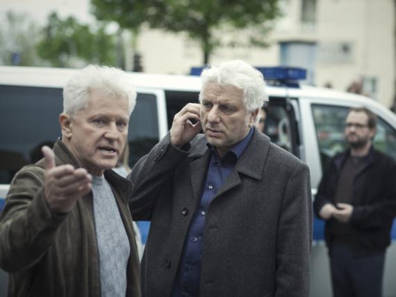 Kriminalhauptkommissar Ivo Batic (Miroslav Nemec, l.) erklärt seinem Kollegen Franz Leitmayr (Udo Wachtveitl) aufgewühlt den Tathergang