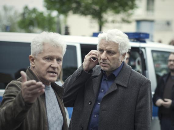 Kriminalhauptkommissar Ivo Batic (Miroslav Nemec, l.) erklärt seinem Kollegen Franz Leitmayr (Udo Wachtveitl) aufgewühlt den Tat-Hergang