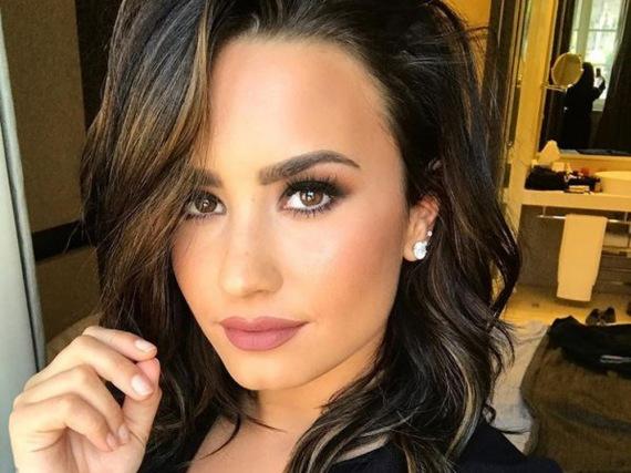 Mit braunen Haaren fühlt sich Demi Lovato sichtlich wohl