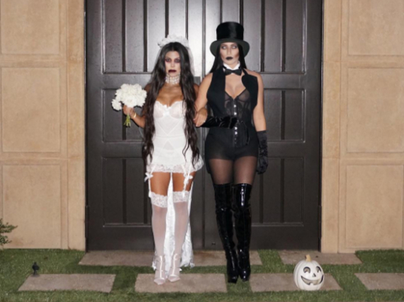 Kourtney Kardashian gibt an Halloween zusammen mit einer Freundin das Grusel-Brautpaar. Es geht aber auch einfacher - und mit Dingen, die man schon zu Hause hat