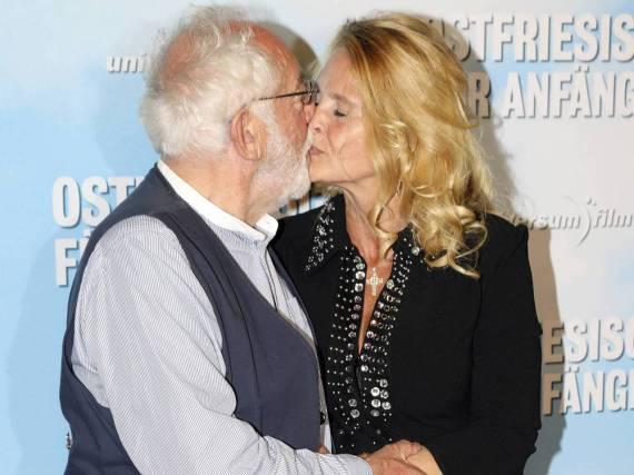 Dieter Hallervorden küsst seine Lebensgefährtin Christiane Zander auf der Filmpremiere von