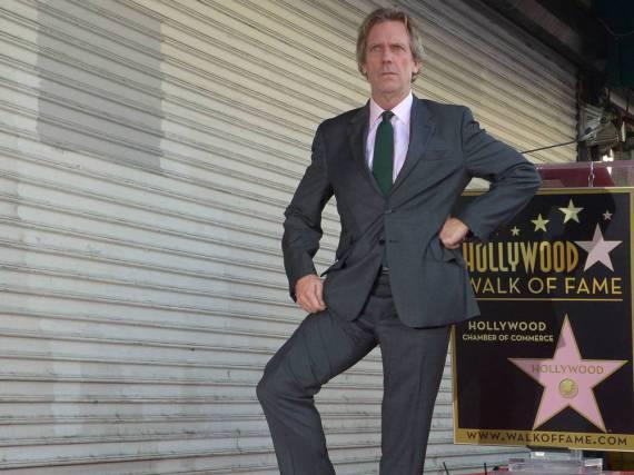 Der Brite Hugh Laurie posiert an seinem Stern auf dem Walk of Fame in L.A.