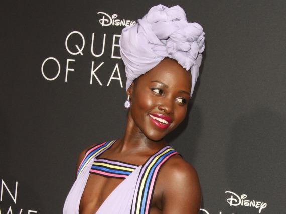 Lupita Nyong'o zeigt, wie stylisch ein aufwändig gewickelter Turban sein kann