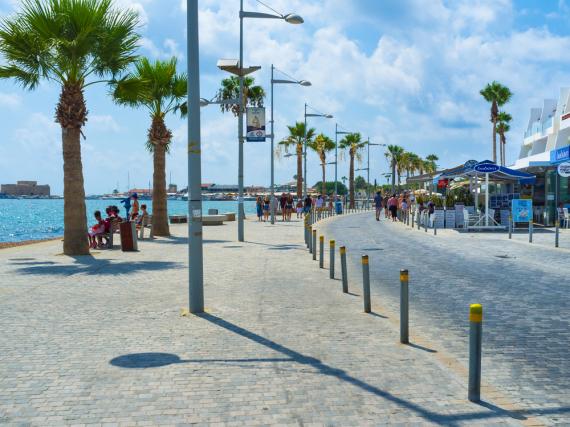 Die Uferpromenade von Paphos lädt zu langen Spaziergängen ein