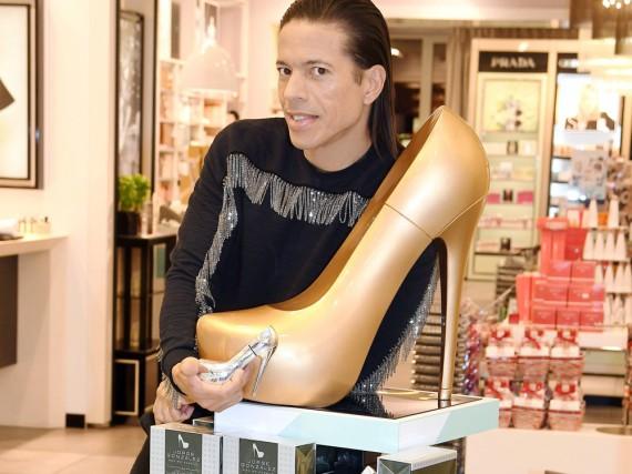 Jorge González präsentiert sein eigenes Parfum in einer Douglas-Filiale in Hamburg