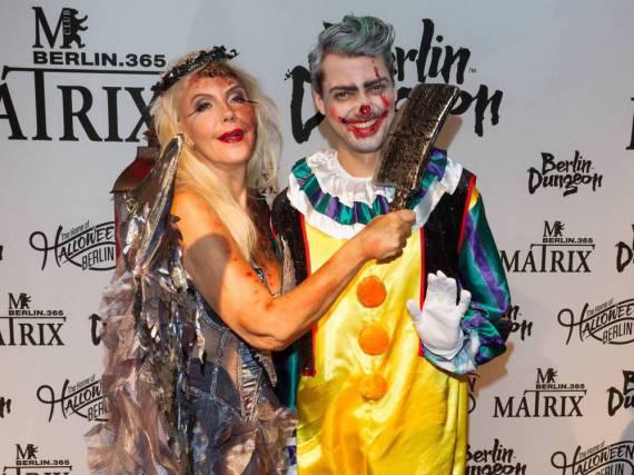 Jimi Blue Ochsenknecht als Horror-Clown neben seiner Mutter