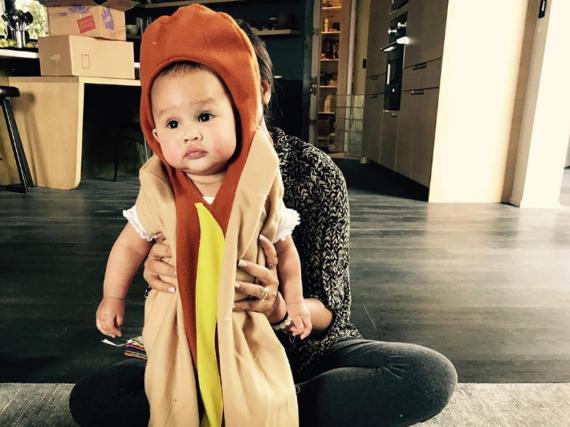 Zum Anbeißen: Chrissy Teigens Tochter im Hot-Dog-Kostüm