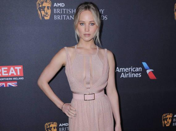 Dass dezentes Altrosa auch auffällig sein kann, beweist Jennifer Lawrence in Los Angeles