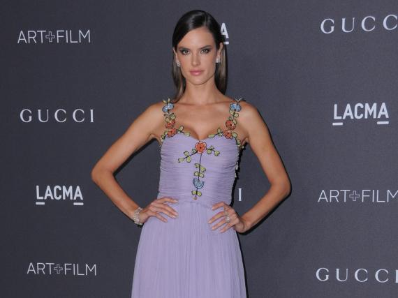 Das lavendelfarbene Kleid passte perfekt zu Alessandra Ambrosios südländischem Teint