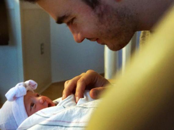 Diese Blicke sprechen Bände: Kevin Jonas strahlt seine neugeborene Tochter an