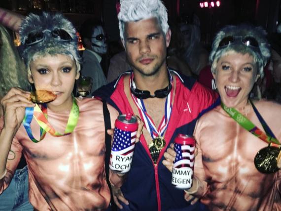 Nina Dobrev (l.), Taylor Lautner (Mitte) und eine Freundin der Schauspielerin hatten die gleiche Kostümidee zu Halloween