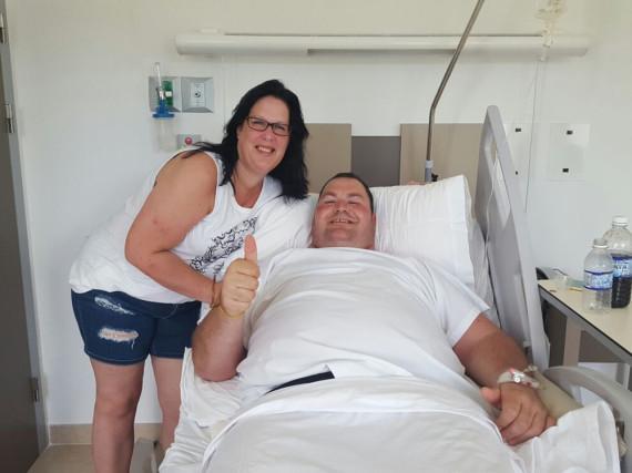 Torsten liegt im Krankenhaus statt am Strand, die gute Laune lassen er und Freundin Sandra sich trotzdem nicht nehmen